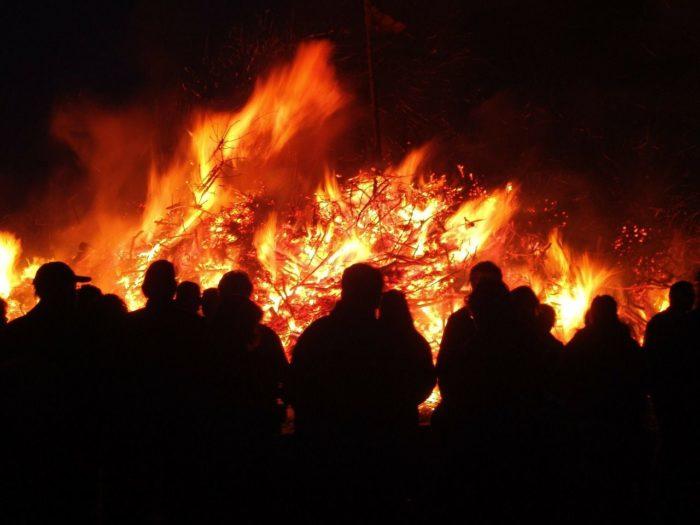 Das Osterfeuer erinnert an die Auferstehung Jesu Christi.
