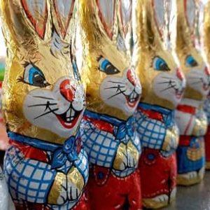 Als es die Möglichkeit gab Schokolade industriell zu Figuren zu verarbeiten tauchte bald der Schoko-Osterhase auf.